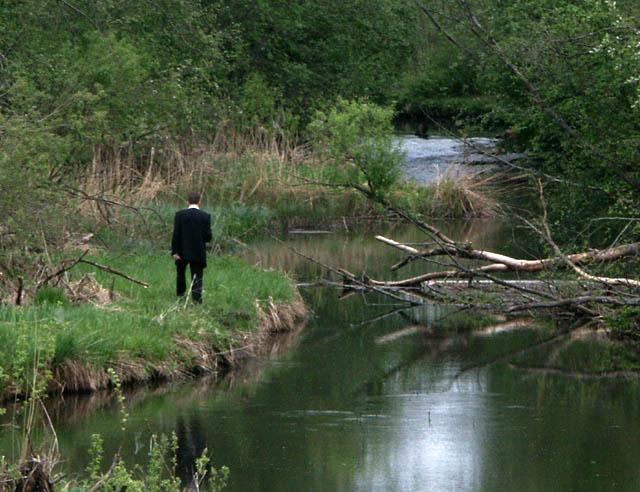 jõe kaldal kõnnib mees