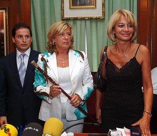 Marisol Yagüe, tras la moción de censura de Julián Muñoz, acompañando a Isabel Garc�a Marcos y Carlos Fernández, del Partido Andalucista. Menuda estampa.