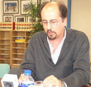 El profesor Orihuela durante la rueda de prensa anterior a su conferencia