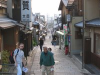 Día 7: Japón (Kyoto: Estacion Central, Kyoto Tower, Sanjusangendo, Cementerio Budista, Kiyomizu. Gion, Pontocho, Kawaramachi, etc).