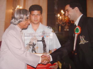Cyrus Poncha recieving the Dronacharya award from APJ Abdul Kalam