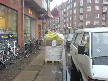 Døgn Netto på Chrismas Møllers Plads har lagt beslag på fortovet...