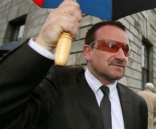 Bono saliendo del juzgado en Dublin