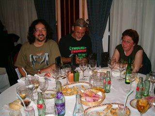 De derecha a izquierda, la traductora, el editor y el maquetador. No muy borrachos. Aún.