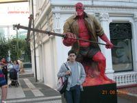 servidor,posando con el amigo Hellboy