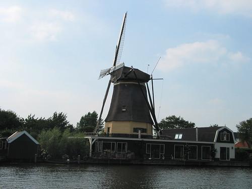 Molino de viento junto al Amsterdam-Rijnkanaal