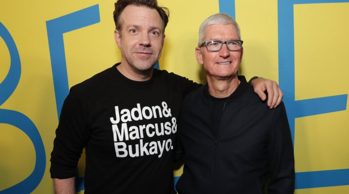 Jason Sudeikis (left) with Tim Cook