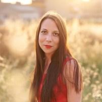 Mit rotem Kleid im Hafer 2