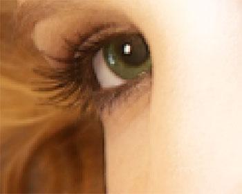 O esboço preto fino é noticable na borda entre a pele e o cabelo.