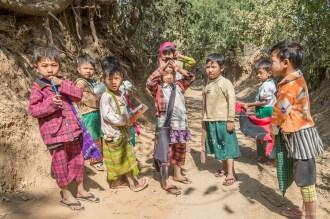 Ecoliers du village dans la région de Bagan