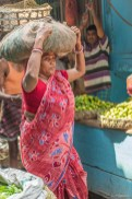 Porteuse Kolay market Calcutta Inde.
