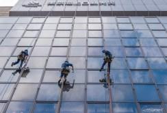Les laveurs de fenêtre - Shinjuku - Tokyo - Japon.