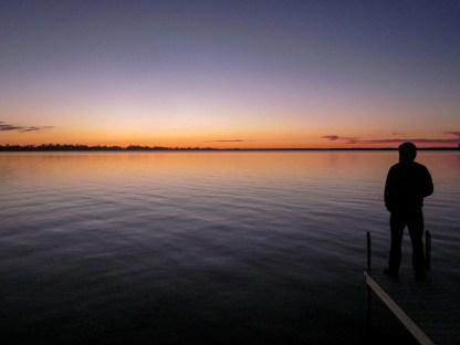 Fischer am Bootssteg vor dem Hintergrund eines Sonnenunterganges in Kanada, Ontario. Sptember 2015 // Fisherman on the dock in front of a beautiful sunset scenery in Canada, Ontario. September 2015