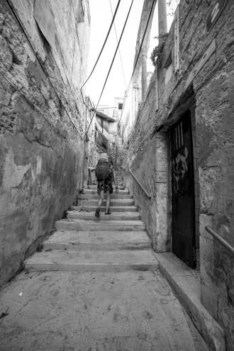 Eine junge Frau mit einem großen, schweren Rucksack erkundet die Stadt Israel. Juli 2017 // Young woman with big backpack explores the city in Israel. July 2017