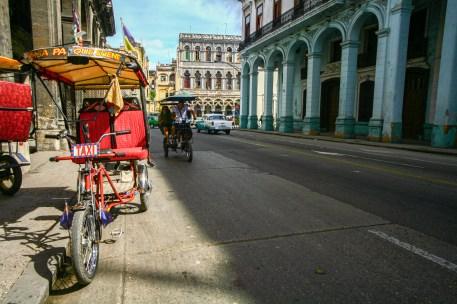 Fahrradrikschas werden als Taxi eingesetzt in Kuba, Havanna. November 2015 // Bycicle rickshaw is used as taxi in Havanna, Cuba. November 2015