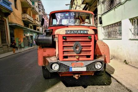 Alter Renault LKW in den Straßen von Kuba, Havanna. November 2015 // Old Renault truck in the streets of Havanna, Cuba. November 2015