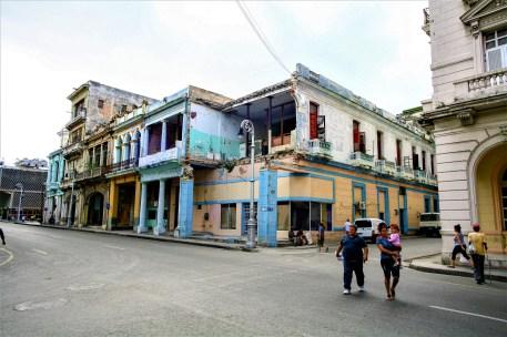 Alte baufällige Gebäude mit bunter Fassade in den Straßen von Havanna, Kuba. November 2015 // Old, dilapidated buildings with colorful fronts in Havanna, Cuba. November 2015