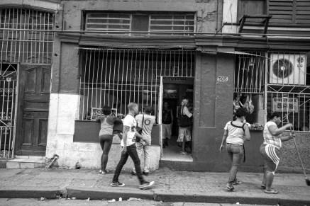 Typische Straßenszene mit einheimischen Bügern in Havanna, Kuba. November 2015 // Typical street scenery with local people from Cuba in Havanna, Cuba. November 2015