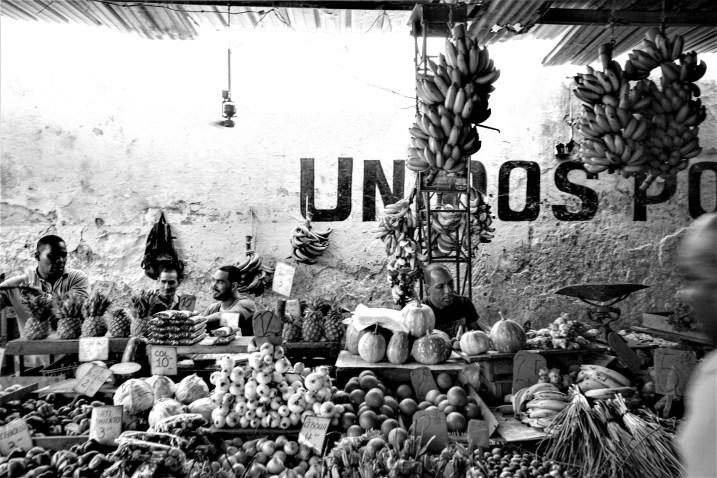 Typische Straßenszene vor einem Gemüsemarkt in Havanna, Kuba. November 2015 // Typical street scenery with local people vegetabel dealer in Havanna, Cuba. November 2015