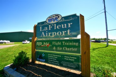 Schild des La Fleur Flugplatzes in Waterville, Maine, USA. Juli 2015 // LaFleur Airport sign Waterville, Maine, USA. July 2015