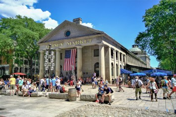 Quincy Market Gebäude mit großer amerikansicher Flagge geschmückt in Boston, USA. August 2015 // Quincy Market buidling decorated with a huge USA flag in Boston, Maine, USA. August 2015