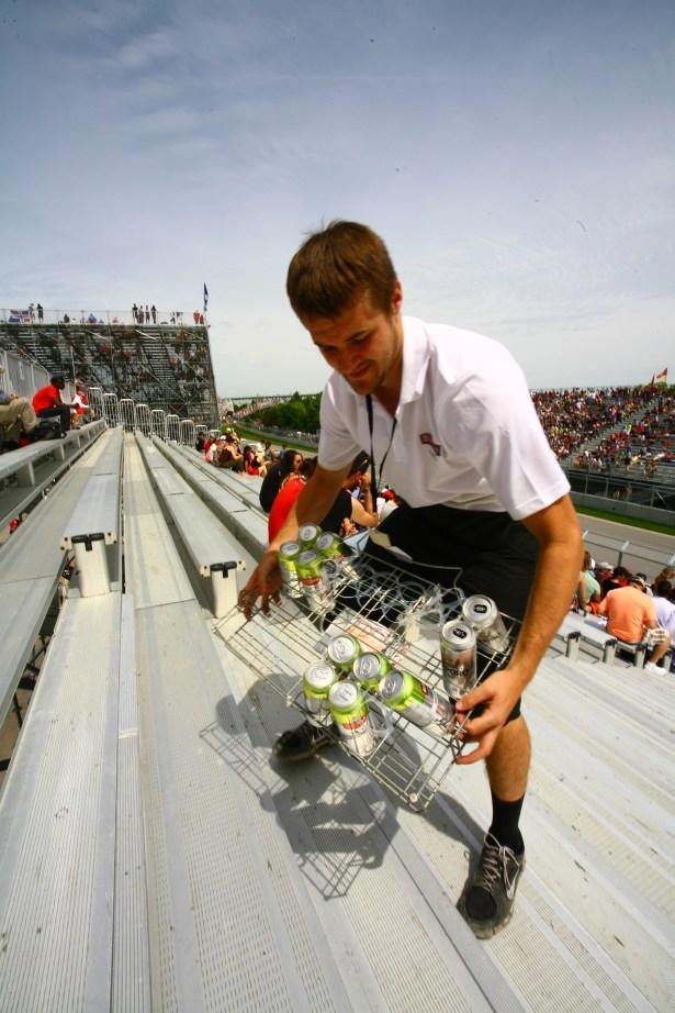 Bierverkäufer auf der Tribüne bei einem Formel 1 Rennen in Montreal, Kanada. Juni 2015 // Salesman selling beer in the stand on Fromula 1 race in Montreal, Canada. June 2015
