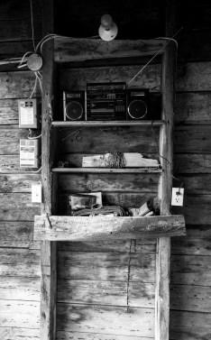Selbst gebautes Holzregal mit altem Radioempfänger in einer Scheune auf der Ile de Orleans, Quebec, Kanada. September 2015 // Old selfmade wooden shelf with a radio in a barn at Ile de Orleans, Quebec, Canada. September 2015