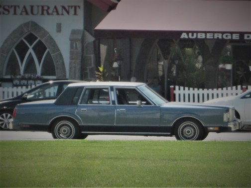 Altes amerikanisches oldtimer FAhrzeug vor einem Restaurant in Quebec, Kanada. September 2015 // Old american classic car in front of a restaurant in Quebec, Canada. September 2015