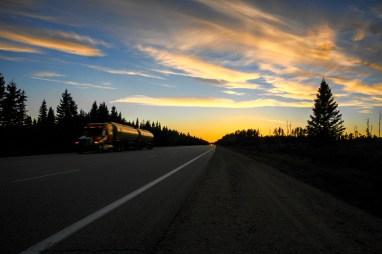 Endlos erscheinender Trans Canda Highway one führt durch einen Wald bei Sonnenuntergang. Kanada. Oktober 2015 // Endless appearing Trans Canada Highway one leads through a forest in the sunset. Canada. October 2015