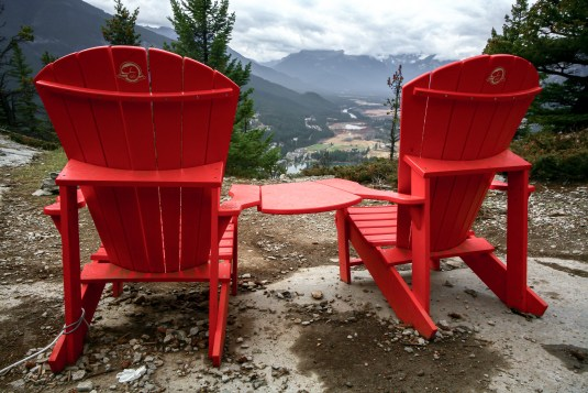 Rote Holzstühle am Berggipfel im Nationalpark Banff, Kanada, Alberta, Oktober 2015 // Red Canadian wodd chair on the top of a mountain peak in the National Park Baff, Canada, Alberta. October 2015