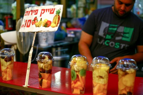 Auf einem Marktstand werden frische Fruchtsäfte angeboten in Tel Aviv, Israel. Juli 2017 // Fresh juice made of fresh fruits is offered in a bazar in Tel Aviv, Israel. July 2017