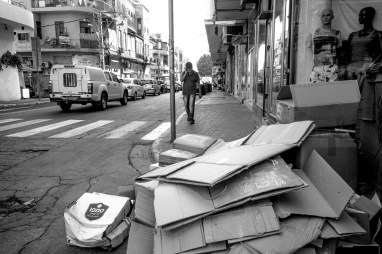 Kartonverpackungen liegen zur Abholung am Gehsteig vor einem Geschäft bereit in Tel Aviv, Israel. Juli 2017 // Cardboard packaging on the street in front of a store is waiting for pick up in Tel Aviv, Israel. July 2017