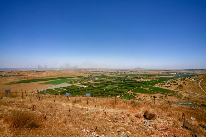 Aussicht von der UN Friedenmission in den Golan Höhen aus auf Syrien in Israel, Juli 2017. In der Ferne ist eine Rauchsäule einer explodierten Landmine zu erkennen. // View from the UN peacekeeping mission in the Golan Heights on Syria in Israel, July 2017. A column of smoke from an exploded landmine is recognizable in the distance.
