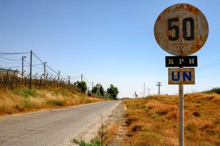 Straße mit 50 km/h Beschränkung entlang des Grundstückes der UN Friedensmission in Israel, Juli 2017 // Street with 50 kph speed limit following the property of the UN Peackeeping mission in Israel, July 2017