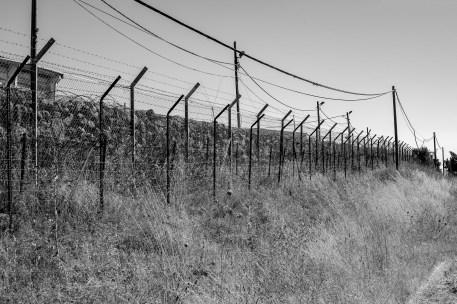 Grundstück der UN Friedensmission geschützt mit einem Zaun mit Stacheldraht in Israel, Juli 2017 // Property of the UN Peackeeping mission protected with a fence with a barbed wire in Israel, July 2017