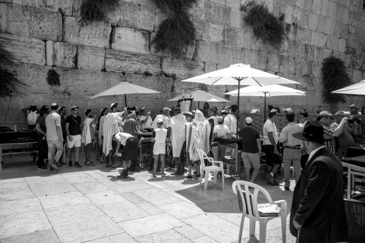 Religiöse Menschen vor der Klagemauer in Jerusalem, Israel. Juli 2017 // Religious people in front of the Wailing Wall in Jerusalem, Israel. July 2017.