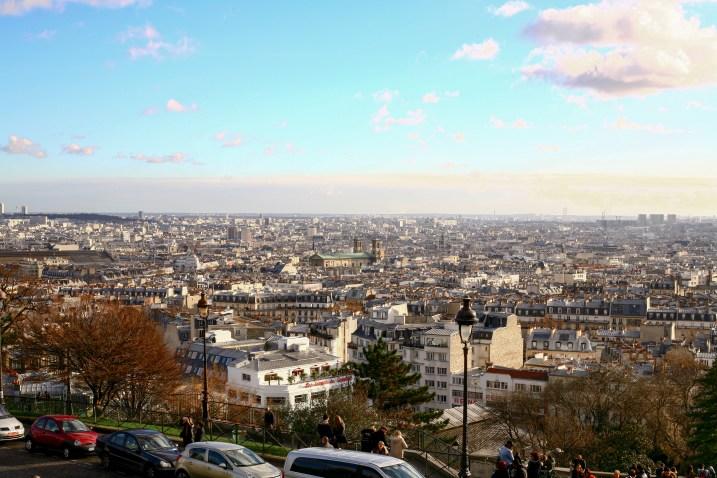 Blick über die Stadt von der Sacre Coeur aus in Paris, Frankreich. Dezember 2016 // View on Paris from the sacre coeur in Paris, France. December 2016.