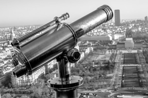 Fernrohr am Eiffelturm in Paris, Frankreich. Dezember 2016 // Telescope on the Eiffel Tower in Paris, France. December 2016.