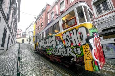 Mit Graffitis verzierte Straßenbahn in Lissabon, Portugal. Februar 2017 // Streetcar is decoradet with graffiti in Lisbon, Portugal. February 2017