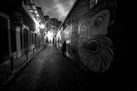 Gasse mit Graffiti Kunst in Lissabon, Portugal. Februar 2017 // Alley graffiti art at night in Lisbon, Portugal. February 2017