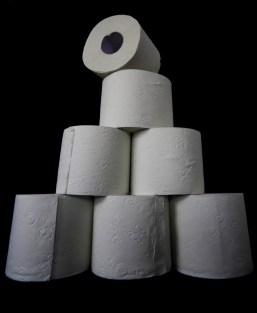 Toilettenpapier vor schwarzem Hintergrund // Toilet paper on a black background