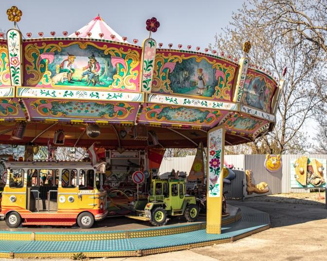Altes Karussell in einem aufgrund von Corona Virus geschlossenen Vergnügungsparkes in Wien. April 2020 // Old merry-go-round in a due to Corona virus closed amusement park in Vienna. April 2020