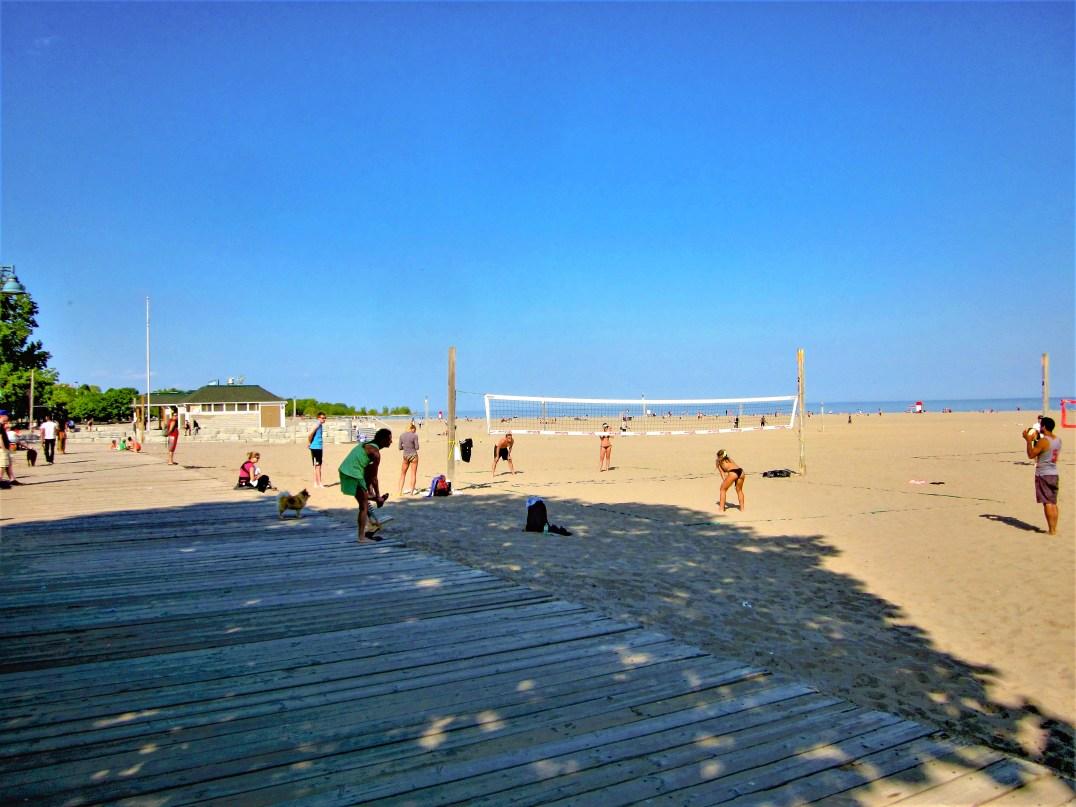 Strandszene mit Volleyball spielenden Menschen, Ontario See, Toronto, Kanada. Mai 2015 // Beach scene with people playing volley ball on the beach of Lake Ontario, Toronto, Canada. May 2015