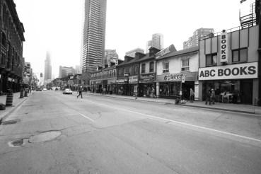 Alltägliche Straßenszene in Toronto mit diversen Geschäften sowie Hochhäuser. Toronto, Canada, May 2015 // Daily life street scene with shops and skyscrapers in Toronto, Canada. May 2015