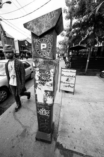Beschmierte und plakatierte Parkuhr in Kensington Market, Toronto, Kanada. Mai 2015 // Parking meter full of tags und posters in Kensington Market, Toronto, Canada. May 2015