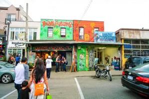 Bunt bemaltes MarihuanaGeschäft in Toronto, Kanada. Mai 2015 // Colorful painted marihuana shop in Toronto, Canada. May 2015.