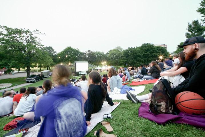 Menschenansammlung bei einer pblic viewing Veranstaltung in einem Park in Toronto, Kanada. Juli 2015 // Crowd of peaople sitting in a park because of a public viewing event in Toronto, Canada. July 2015