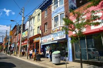 Straßenszene in einem gut besuchten Viertel an einem Sommertag in Toronto, Kanada. Juli 2015 // Street scene in a well visited district on a summer day in Toronto, Canada. July 2015