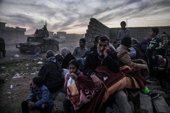 Civils bloqués par le combat entre la Golden Division (rattachée au Premier ministre) et ISIS. Saddam district, Mosul, 6 novembre 2016 © Laurent Van der Stockt pour/for Le Monde / Getty