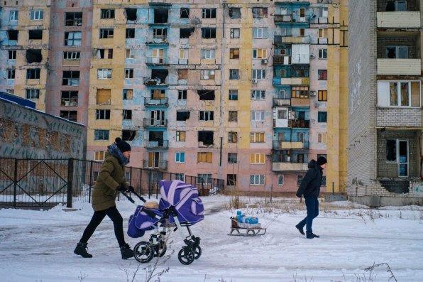 La ville d'Avdiivka comptait 35.000 habitants avant la guerre. Aujourd'hui, elle en compte 24.000. Malgré les bombardements quotidiens, la population s'efforce de vivre au jour le jour. 15 janvier 2017.© Rafael Yaghobzadeh